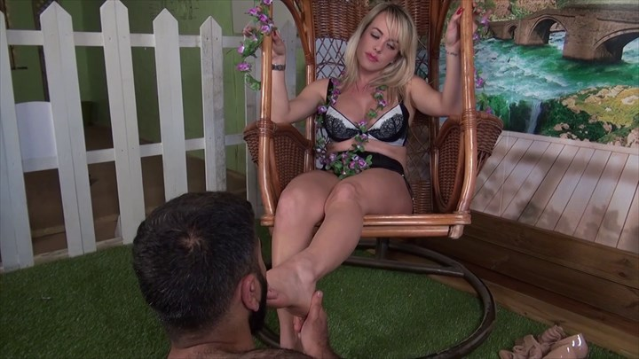Footworship & Face-Sitting With Mistress Tess Face-Sitting/Smothering