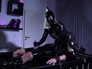 Latex Face-Sitting